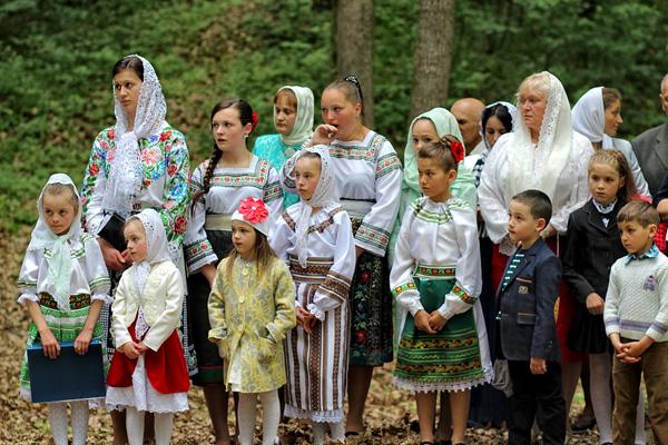 Codrii Cosminului-pomenire de Pasti-grup-copii-foto Nicolae Hauca-600px
