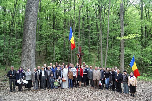 Codrii Cosminului-pomenire de Pasti-grup-foto Nicolae Hauca-600px