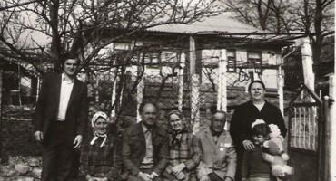 Eugen Doga cu mama Lisaveta si rudele la Mocra-casa parinteasca anii 80-500px