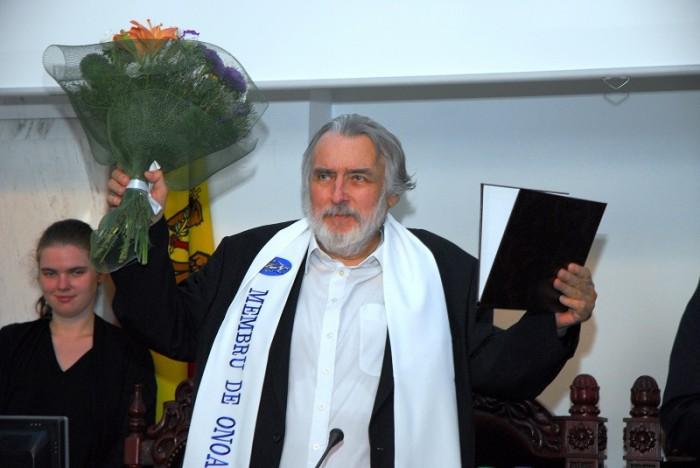 Adrian Paunescu saluta Basarabia-triumfator-ASM-foto Vladimir Kolos-30aug2010-800px