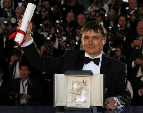 Cristian Mungiu-Trofeul Palme d-Or-Cannes-procinema--ro