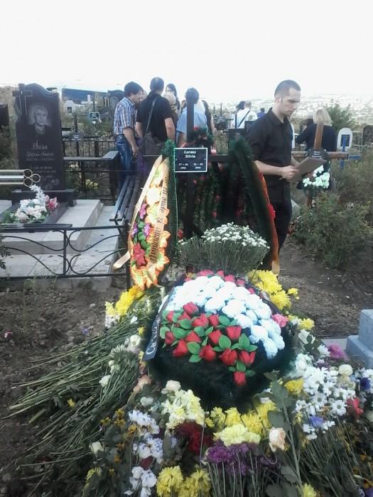 Caraus-artista-funeralii-mormint cu flori-fiul Mihai pe fundal-25 aug 2016-800px