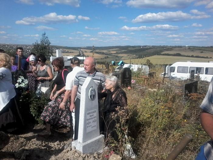 Caraus-artista-telejurnalista-funeralii-mama 2-25 aug 2016-800px