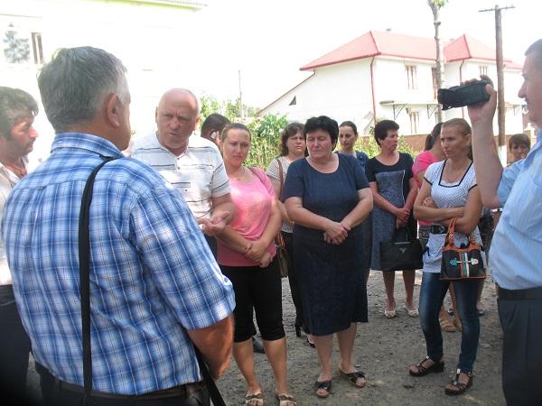 Cernauti-oamenii cer redeschiderea scolilor romanesti din Hergheligeni- si Savinesti- iulie 2016