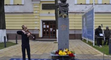emil-loteanu-bustul-din-centrul-chisinaului-elev-violonist-6-nov-2016