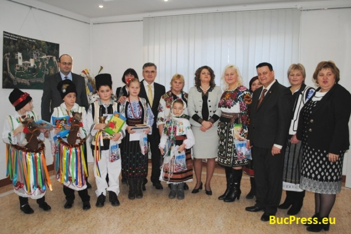 cernauti-consulat_craciun_-_bucpress_eu-foto-grup-copii-2