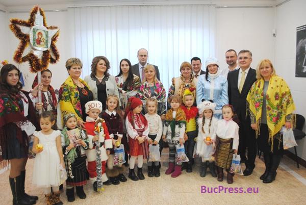 cernauti-consulat_craciun_-_bucpress_eu-foto-grup-copii-600px