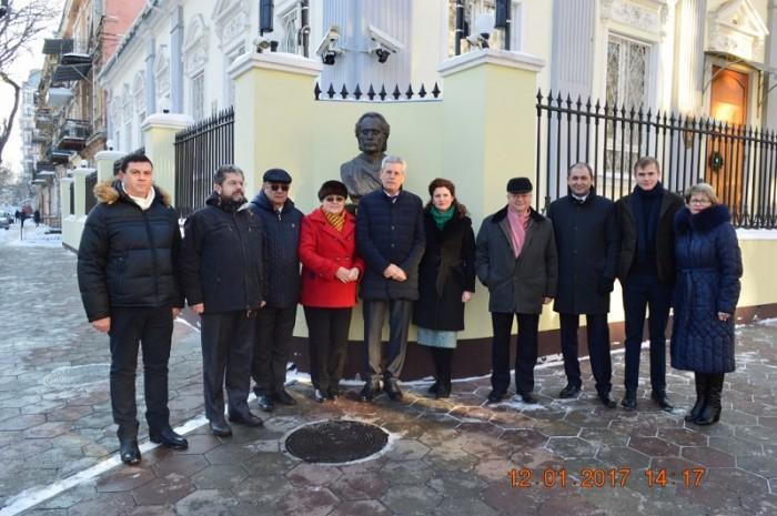 Eminescu omagiat la Odesa-foto de grup la bustul poetului-12 ian 2017