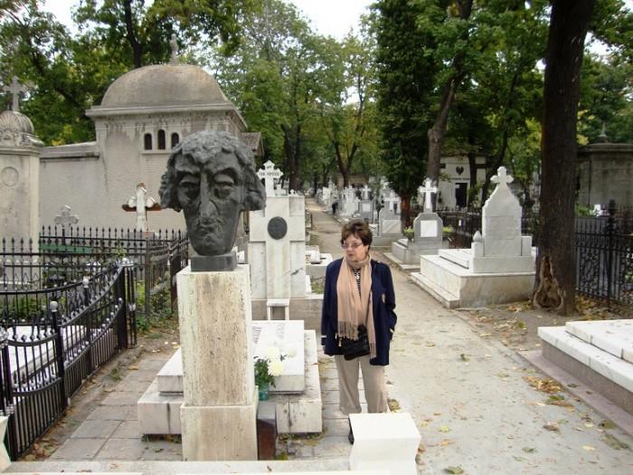 Toma Caragiu-bust cimitirul Bellu si sotia Elena din SUA