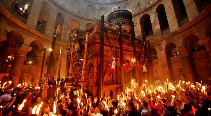 2-Sfanta Lumina Ierusalim-Focul Haric in multimea de la Sfantul Mormant 1