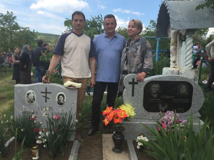 Ghiduleni-Nicolae si Vlad Cuiban-Aurica Basarabeanca-mormintul parintilor si bunicilor-800px-IMG_2538