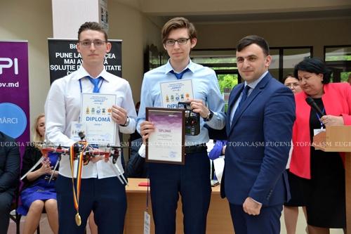 1-ASM-Cel mai bun elev inovator-Premiul Mare-elevii Dan Butmalai si Valentin Vozian-20-05-2017