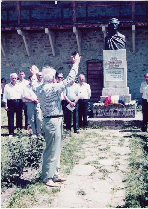 Eugen Doga la Manastirea Putna monumentul lui Mihai Eminescu-2005-700px