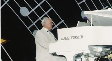 Eugen Doga la pian alb-compozitor-Moldova-600px