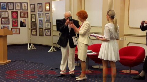 Eminescu-Teiul de Aur 2017-Botosani-Eugen Doga saruta Medalia