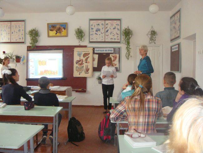 Profesoara Zinaida Pinteac la lectii, scoala din Frumusica Veche, sudul Basarabiei