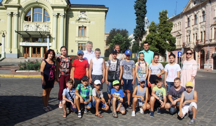 Cernauti elevi romani in vacanta la Cosnita in Rep Moldova-13 aug 2017