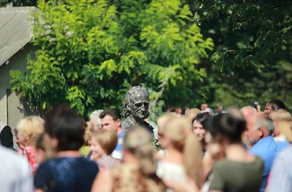 Grigore Vieru-bust Casa Muzeu satul Pererita Briceni-foto Parlament-md