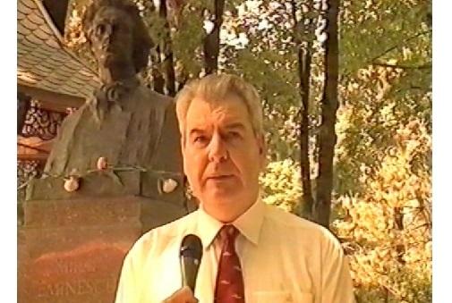1-Cimpoi Mihai-film Silvia Hodorogea 2002-3 sept 2017-bust Mihai Eminescu-Chisinau-500px