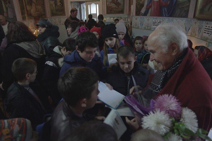 Eugen Doga-Biserica Cenac-autografe pentru elevi-28 nov 2017-IMG_9155 - Copy