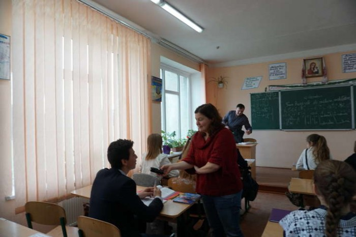 3-Cernauti elevi scoala romaneasca-jurnalista RFI-foto rfi-ro