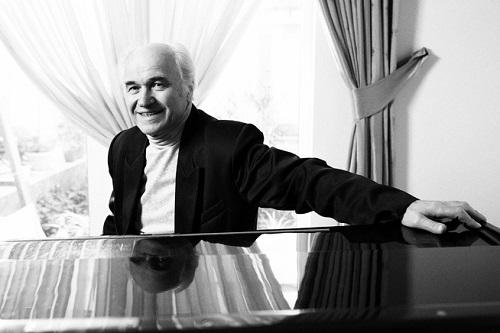 Eugen Doga la pian-foto alb-negru-Flacara Film Chisinau